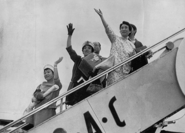 夫の愛新覚羅溥傑氏のもとに帰る浩夫人(右)と左へ同行の妹町田幹子、娘の嫮生=1961年5月撮影、東京都大田区の羽田空港