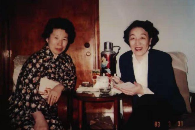 愛新覚羅・顕琦さん(右)と取材を受けた佐々木照子さん