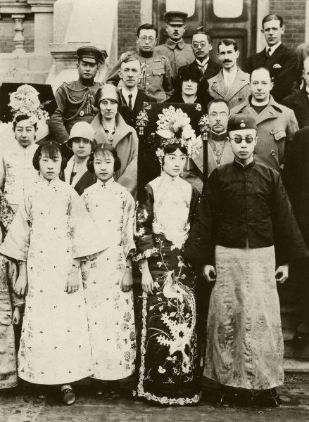 誕生日を迎え、皇妃や妹たちと記念撮影するラストエンペラー愛新覚羅溥儀(右端)