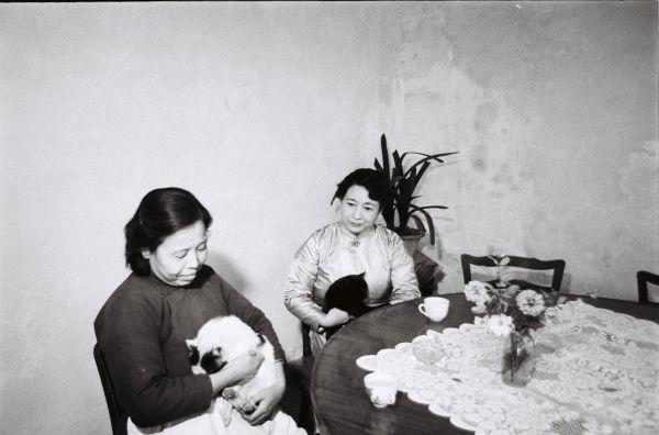 応接室の浩夫人。落ち着いた話しぶりだ。左はお手伝いさん=1963年11月8日、北京