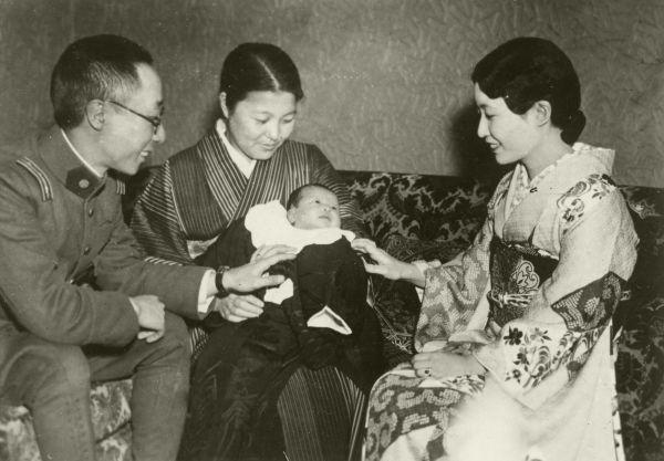 溥傑夫妻の結婚1周年と慧生ちゃん誕生を祝う記念写真=1938年4月2日撮影