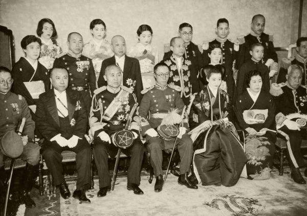 愛新覚羅溥傑氏と浩夫人の婚礼記念撮影。前列中央に溥傑氏と浩夫人。両脇は媒酌人の本庄繁陸軍大将夫妻。本庄大将の左は佐藤尚武外相=1937年4月6日