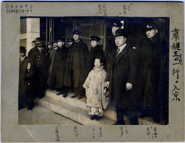 清王朝の滅亡から5年後、訪日した粛親王家の兄たちに囲まれた9歳の頃の川島芳子=1917年2月12日、東京駅