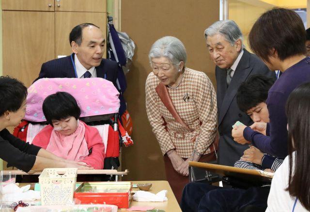 知的障害者のための福祉施設「滝乃川学園」を訪問し、コースター作りやラッピング作業を視察する天皇、皇后両陛下=2018年12月6日、東京都国立市、代表撮影