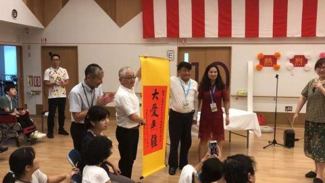 東京町田市にある障害者福祉施設「花の家」に訪れた訪問団一行=2019年7月31日