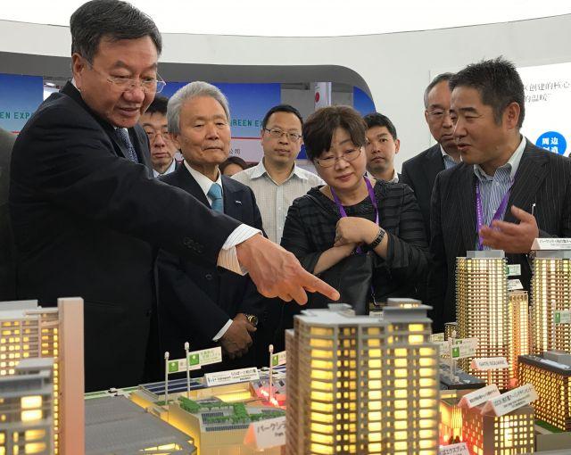 エコシティーの説明を聞く日中財界関係者=2017年6月、北京