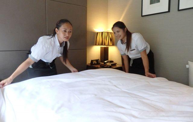 ホテルでベッドメイキングをするフィリピンからの実習生。「ビル清掃の一環」として実習生が学べる作業に加えられた=神奈川県箱根町、堀篭俊材撮影(本文とは関係ありません)