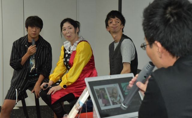 出版記念イベントでMCを務めた筆者(右)。ゲストには、お笑い芸人村本大輔さん(左)と、顔に症状がある当事者2人を招いた