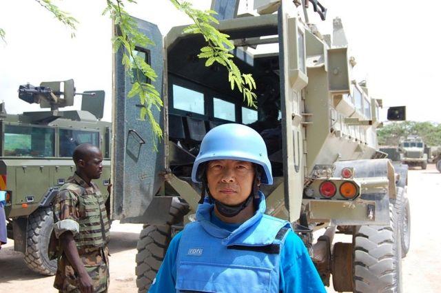 ソマリアの首都、モガディッシュで活動中の國井さん。防弾チョッキとヘルメットに身を固め、厳しい表情