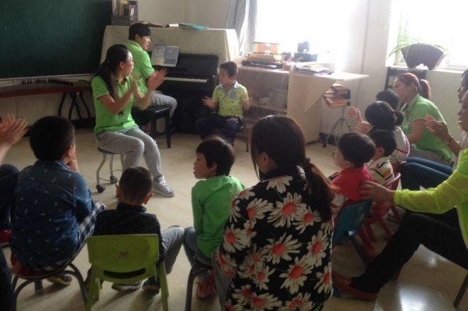 「北京市朝陽区啓蕊リハビリセンター」にて、障害者の子供たちが教育を受ける風景