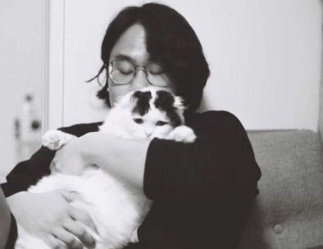 自宅で愛猫を抱いている甘さん