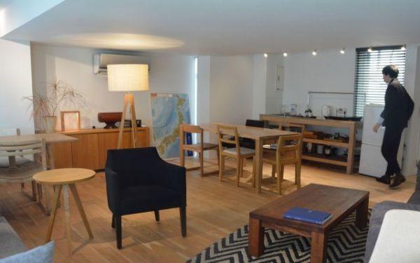 個人宅の一室のようなアットホームな雰囲気が漂う「ワイス・ワイス」表参道店のショールーム=東京都渋谷区