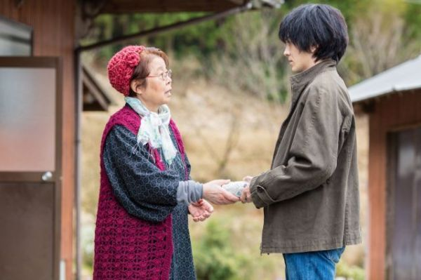 主演した市原悦子さんと林遣都さん©2016「しゃぼん玉」製作委員会