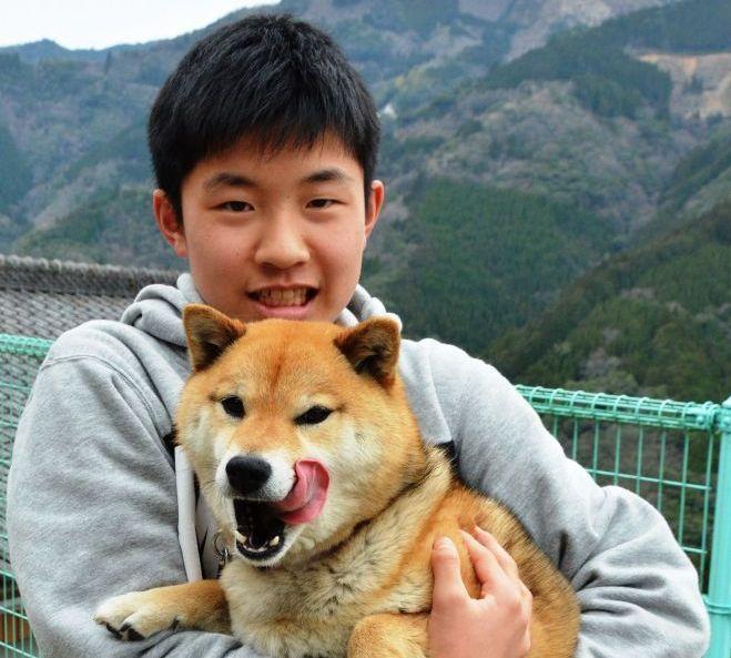 飼い主の松岡功倫さんに抱っこされたチョコ。「チョコと林遣都さんは打ち解けるのに少し時間がかかったみたいです」と松岡さんは話します