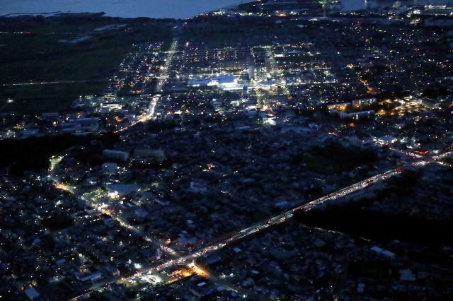 停電が続く、千葉県袖ケ浦市付近=2019年9月12日午後6時17分、朝日新聞社ヘリから、江口和貴撮影