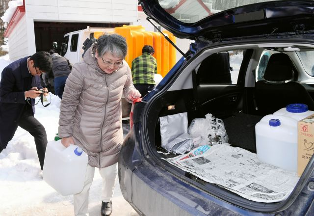 地震の影響で断水した豊沢地区では、住民が生活用水を給水所で受け取っていた=2019年2月22日午前11時44分、北海道厚真町、諫山卓弥撮影