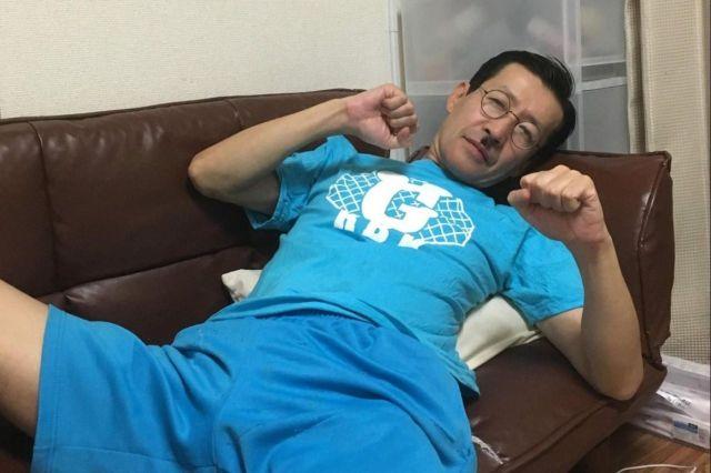 岩井ジョニ男さん。石本さん宅に泊まる際、なぜか「青いパジャマを用意してくれ」とお願いしたそう……。