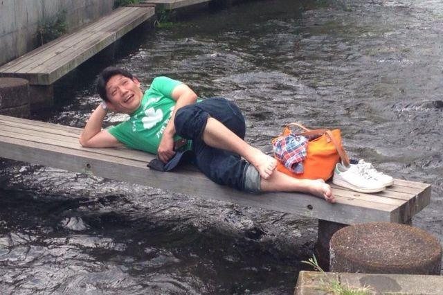 「大喜利合宿」と称した後輩たちとの静岡旅行でくつろぐ飯尾和樹さん