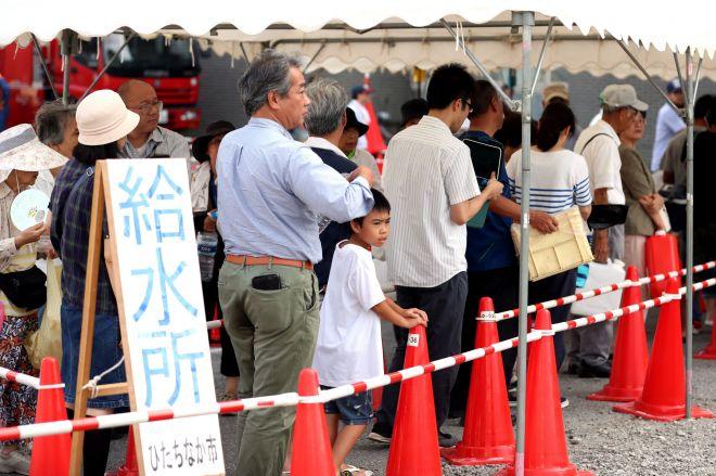 断水の続く千葉県東金市。猛暑の中、テントの下に給水を待つ人たちの列ができた=2019年9月10日午後3時17分、川村直子撮影