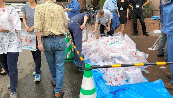 臨時給水所で飲料水をもらう人たち=2018年9月6日、札幌市水道局