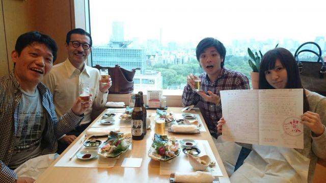 左から飯尾さん、ジョニ男さん、石本さん夫妻。お祝いの席で