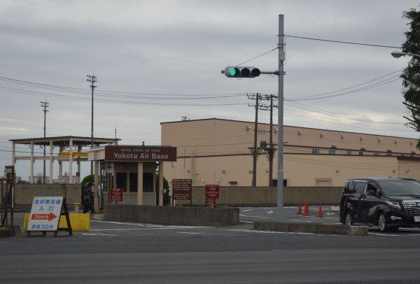 報道陣用のバスは米軍横田基地の12番ゲートを通り、友好祭の会場へ=9月14日、東京都福生市(以下同じ)