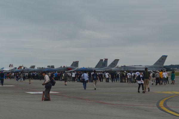 友好祭会場の滑走路に戦闘機などが並んで展示されていた