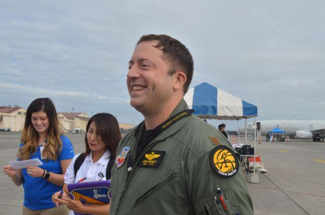 横田基地友好祭で無人偵察機グローバルホークについて説明する、グアムの米空軍アンダーセン基地から来たジョン・ライト少佐。地上からグローバルホークを操作するミッションコマンダーを務める