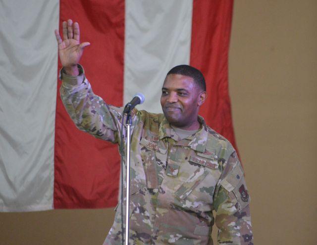 横田基地友好祭で開幕の挨拶をした米空軍第374空輸航空団司令官のオーティス・ジョーンズ大佐
