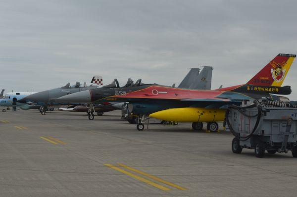 戦闘機F2(手前)など自衛隊の航空機も展示された