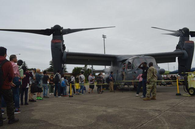 米空軍の輸送機オスプレイの展示で操縦席を見ようと列を作る人たち