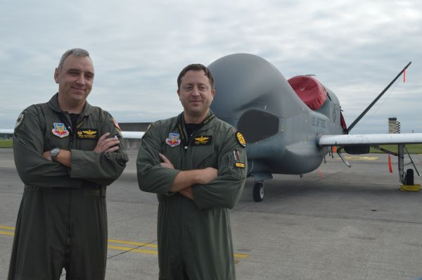 米空軍の無人偵察機RQ4(グローバルホーク)と地上から操作する兵士ら