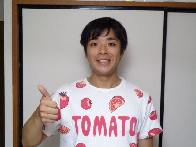 なぜか「嫌いな野菜」だというトマトのTシャツで出迎えてくれた石本しょーきさん