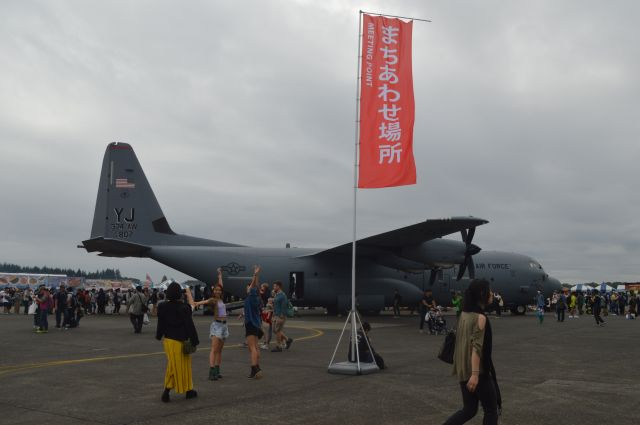 米軍横田基地に配備された空軍輸送機C130Jの展示場所は、「まちあわせ場所」にもなっていた