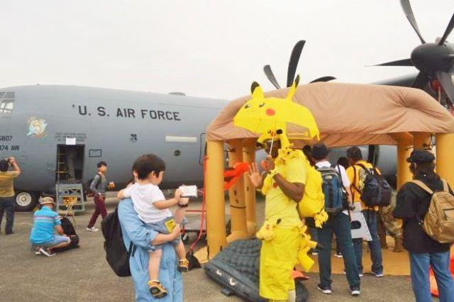 米空軍輸送機C130Jの前で横田基地友好祭への来場者をもてなす兵士ら