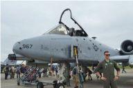 年に一度の「横田基地友好祭」で、米空軍攻撃機A10Cの前で撮影のポーズを取る兵士=9月14日、東京都の米軍横田基地。藤田撮影(以下同じ)