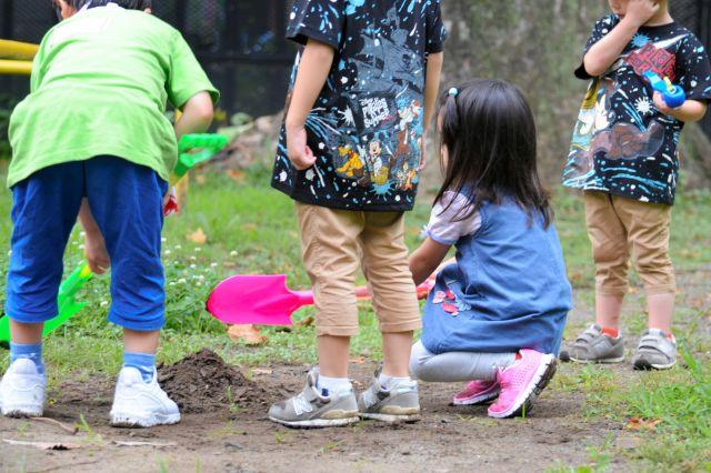 「#ゆるゆるお父さん遠足」では、初対面の子ども同士が、自然と遊び出す。通い出すと「遠足友だち」もできるという