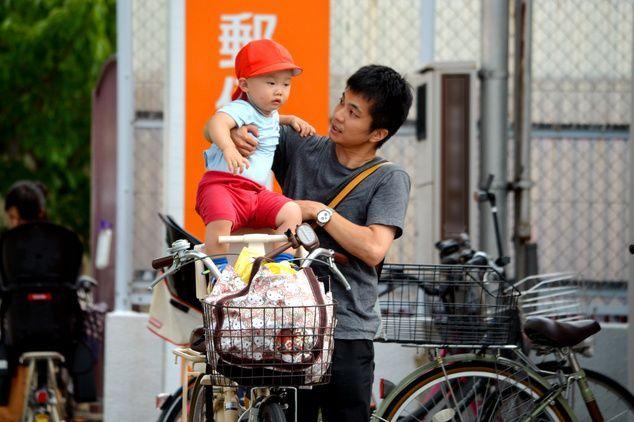 田中俊亮さんと長男。保育所から自宅に向かった(画像の一部を加工しています)