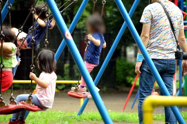 「#ゆるゆるお父さん遠足」で遊ぶ子どもたち。取材中、別の父親が自分の子どもだけでなく娘(3)も見守ってくれた(画像の一部を加工しています)