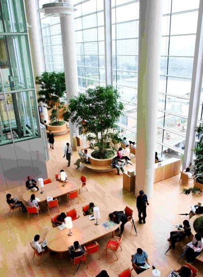 2006年7月に撮影された川口市立中央図書館の館内