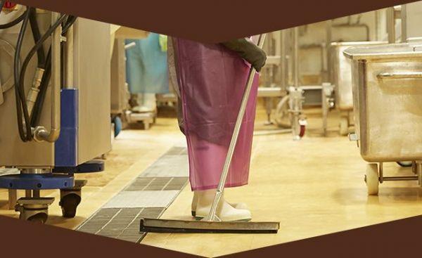 すべての製品製造区域内で、作業をおこなうスタッフは、床に落ちたものを拾うことができません