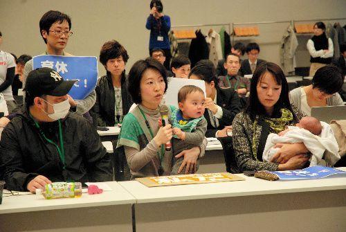 匿名のブログに共感した親などが国会議員に保育制度の拡充を訴えた=東京・永田町の衆院第2議員会館
