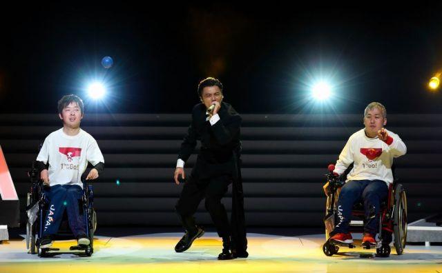 東京2020パラリンピック1年前カウントダウンセレモニーでボッチャの廣瀬隆喜選手(右)、杉村英孝選手(左)とともにパフォーマンスを披露する歌手のKREVAさん=2019年8月25日午後4時38分、東京都渋谷区のNHKホール、西畑志朗撮影