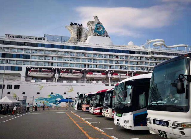 博多港に到着した中国人観光客を載せている大型クルーズ船
