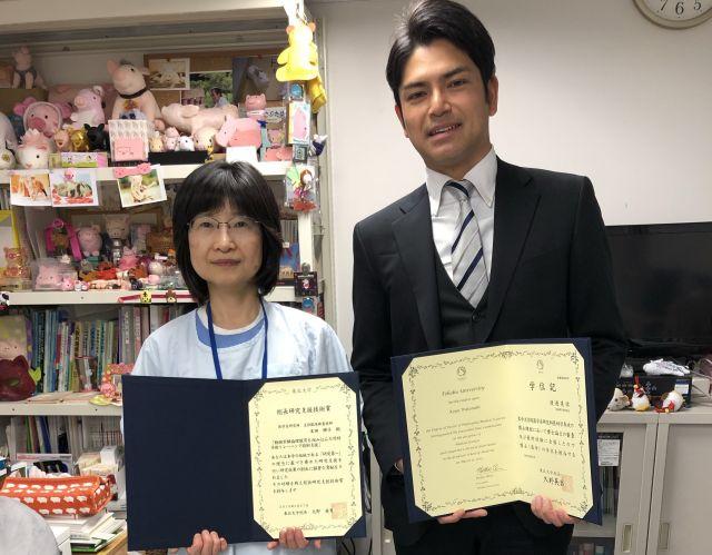 平成30年度東北大学総長研究支援技術賞を受賞した末田さんと、実験をしていた後輩の大学院生=末田さん提供
