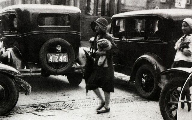 洋装で街を歩く女性=1931年7月