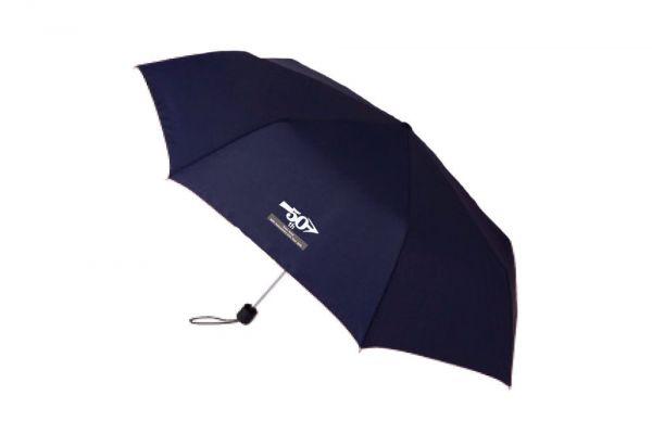 ツアーグッズの折りたたみ傘。名曲「傘がない」にちなんだものです