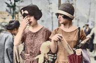 カラー化した帽子をかぶった二人の女性の写真。AIによって当時の流行色と似た色が現れた=東京大学・渡邉英徳研究室提供