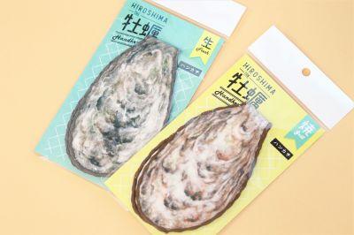 「牡蠣ハンカチ 2枚セット」(税抜き1300円)。「生牡蠣」と「焼き牡蠣」の2種類です