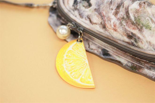 ファスナーのスライダーには、牡蠣の中にもたまに発生するという真珠をイメージしたプラパールと、広島県の名産品レモンのデザインが添えられています